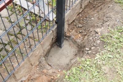 Jak zamontować słupki ogrodzeniowe