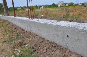 Ogrodzenie na starym fundamencie - czy warto je zbudować?